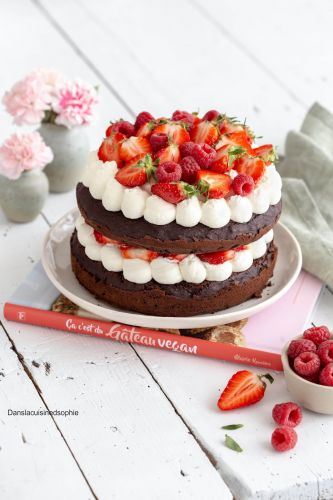 Layer cake vegan au chocolat et fruits rouges