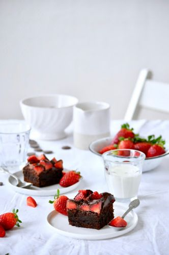Chocolate brownie with strawberries on top | Brownie au chocolat et aux fraises