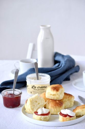 Classic scones with jam and cream | Scones, confiture et crème fermière