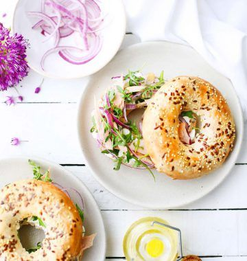 Bagel cream cheese, oignon rouge, salade roquette et thon