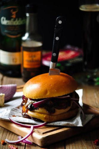 Whisky blue cheese burger with honey caramelized onions | Burger, sauce whisky, fromage Bleu et oignons confits au miel