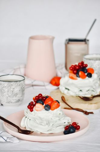 Red fruits and matcha pavlova | Pavlova aux fruits rouges et thé matcha