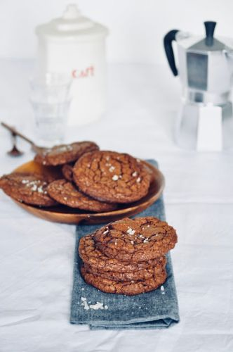 Fudgy chocolate brownie cookies | Cookies au chocolat densément brownie