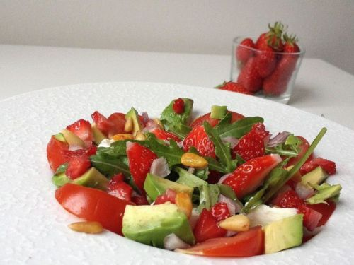 Salade roquette, tomate, avocat, fraise